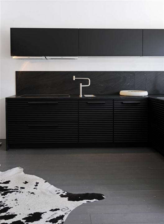 Black-Elegant-And-Modern-Kitchen-Design-2